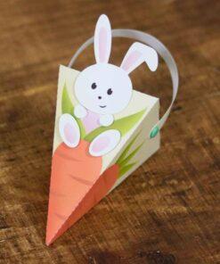 Caixa piramidal, simulando uma cenoura com aplique de coelho