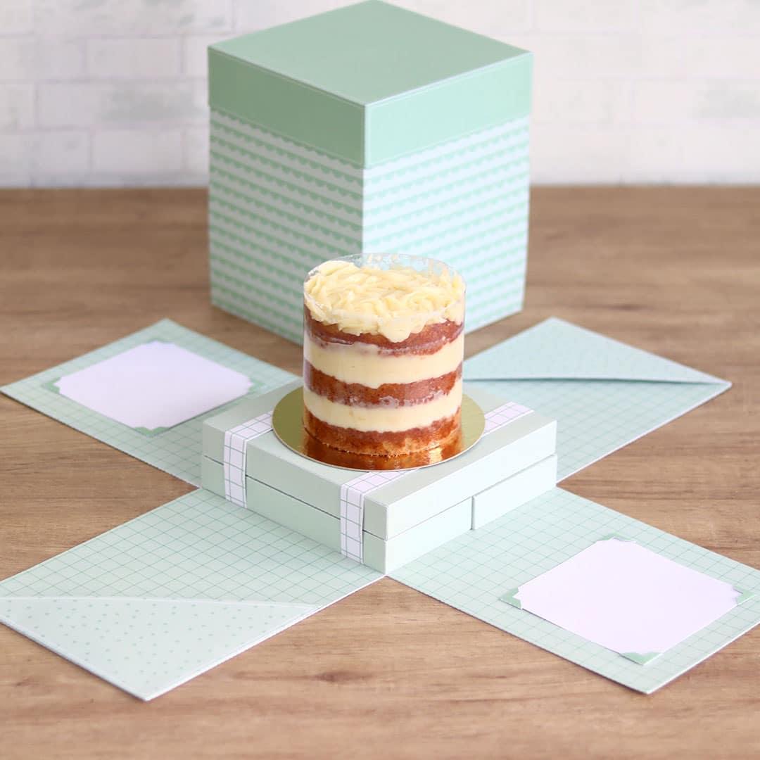 Caixa explosão e cenário para bolo e bolo com doce