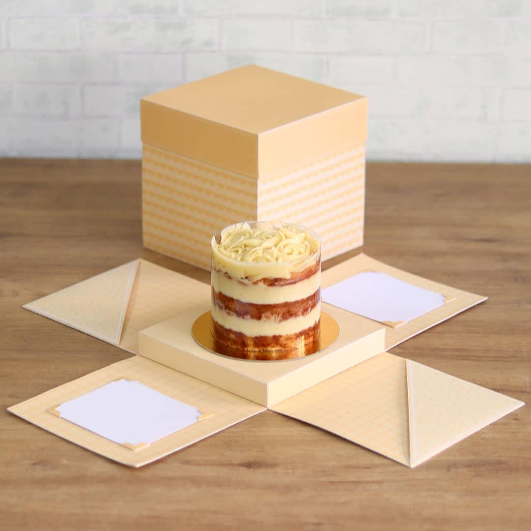 Caixa explosão e cenário para bolo e bolo